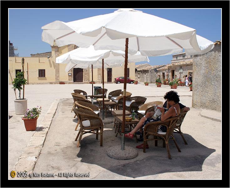 "Persone sedute... Marzamemi, Siracusa ""Piazza Regina Margherita"" - Sat ..."