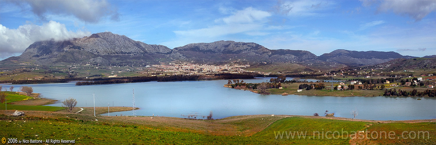 Panorama del lago di Piana degli Albanesi - A large view of the lake of Piana degli ALbanesi, Palermo, Sicily Island, Italy